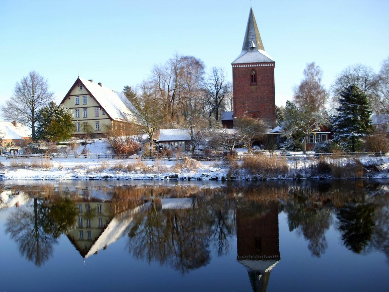 Maria-Magdalenen-Kirche zu Berkenthin und Pastorat (2010)     /Foto P.Lüneburg