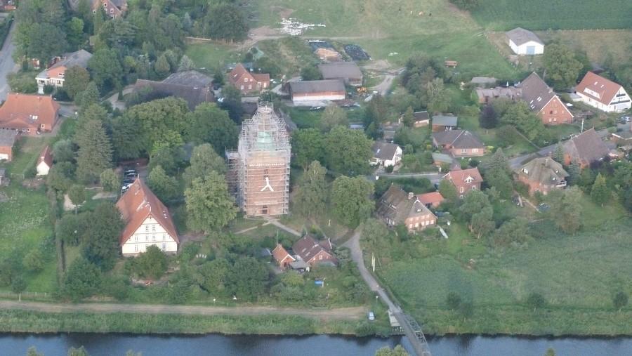 2014-07-22 Luftaufnahme Berkenthiner Kirche und Pastorat     / Foto Gerd Vogler