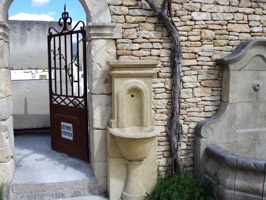Gartenbrunnen BIARRITZ aus Kalkstein, gealtert, handgefertigt aus Provence