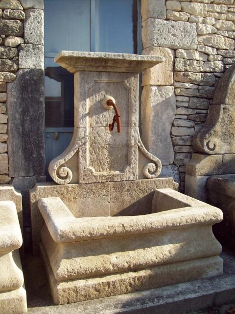 Antike Garten Brunnen PAU, handgefertigt aus französischem Naturstein