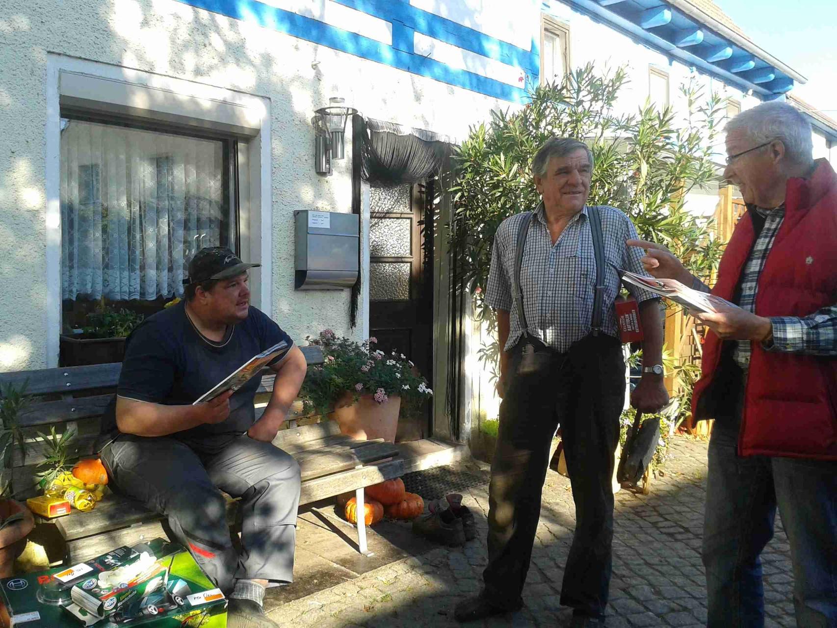 Seltene Momente der Ruhe - Jung-Bauer Karl  Oese in Männer-Diskussion zu aktuellen Problemen