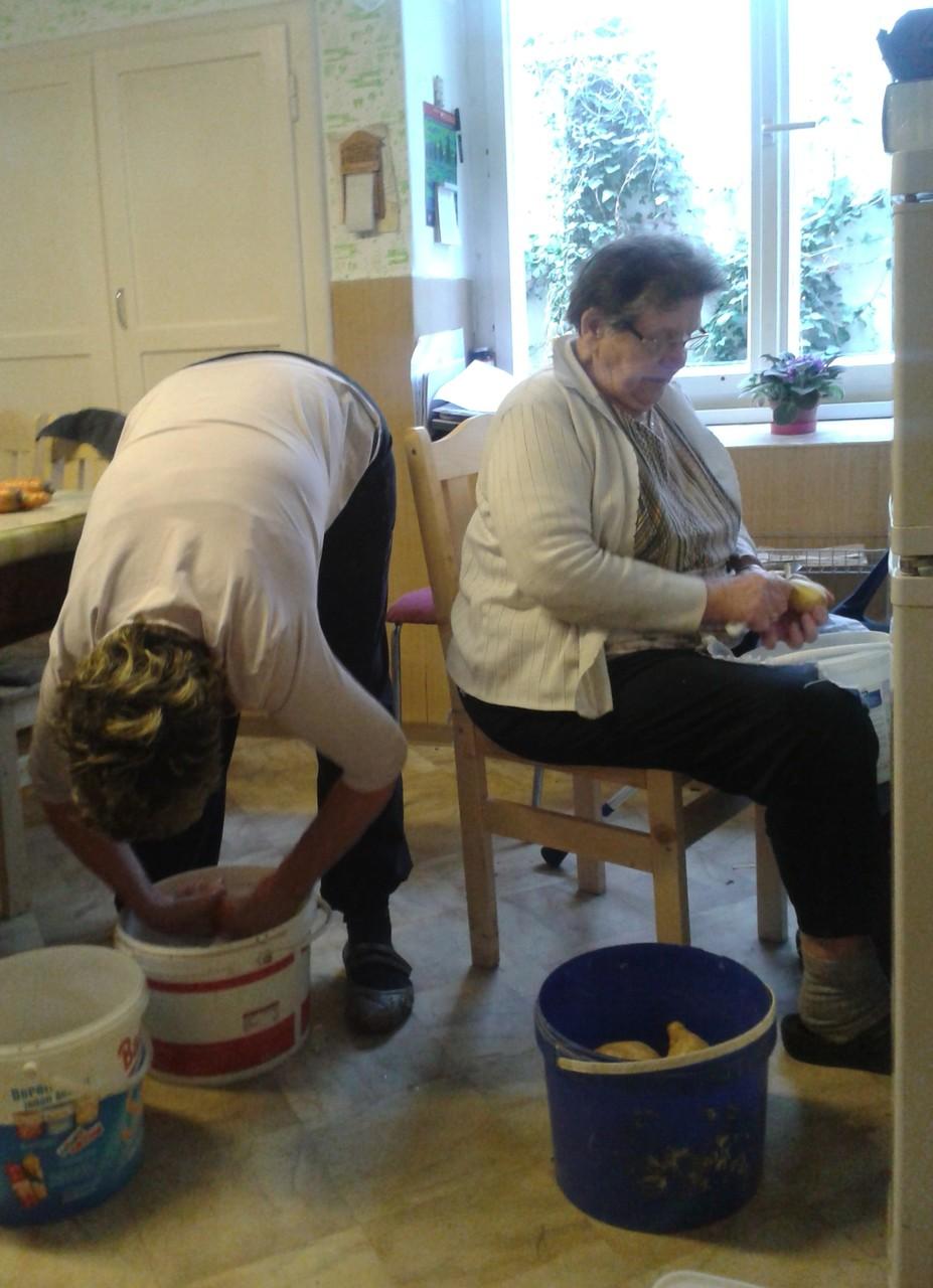 Groß-Familie und Erntehelfer sind auch am Feiertag zu versorgen.  Fleißig wie immer: Mutter und Tochter