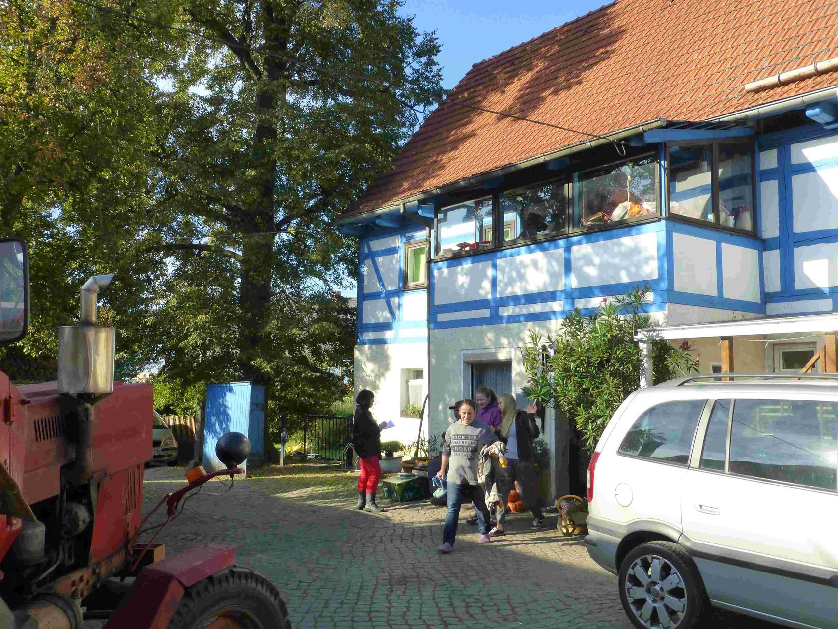 Dany, Ehefrau von Jung-Bauer Karl Oese, eilt zur Hof-Arbeit