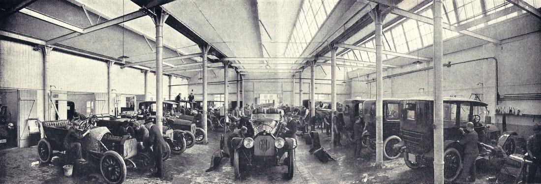 Karosserie-Montagehalle Arnoldstraße, vorherrschend Einzelfertigung,  gleichzeitige Bearbeitung vieler verschiedener Modelle. Foto: Sammlung B. Rieprich