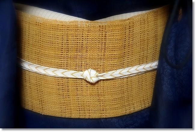 暑さがピークの頃のきものは上布に勝るものはありません。藍地花丸紋の越後上布に科布の帯を合わせています。