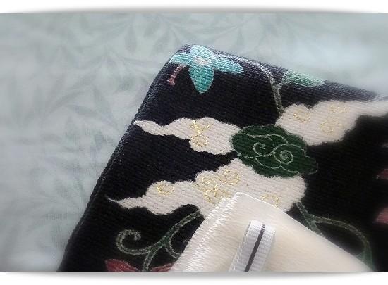 木の葉柄の生地に薄いグリーンの紗を重ねた紗袷のきもの|黒地のインドシルクに更紗風の花柄の帯|祇園齋藤作