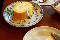 湯布院の旅館「無量塔」さんのケーキ。クラシックな室内でゆったりとお茶をいただくひと時は至福の時間です。