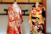 高台寺秋の特別展「琳派と祝言」に展示中の振袖と打掛。