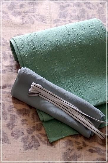 浦野理一さん作、牡丹柄の絵絣のきもの。縦節紬の無地ペパーミントグリーンの帯を合わせて。