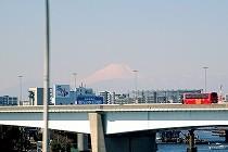 羽田空港からくっきりと大きな富士山が見えました。