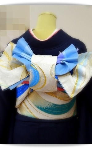 紺地の振袖に白地の帯で「姫菖蒲」という帯結び。大阪教室にて。