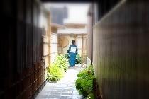 京都「祇園にしかわ」のアプローチ。手入れの行き届いた細い路地の向こうには、きもの姿の生徒さん。