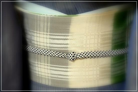 縦縞の生地の上にグレーの紗を重ねた紗袷のきもの。京都祇園齋藤誂えです。帯は柳宗作吉野格子。白・グレー・若草色がだんだんに染められています。