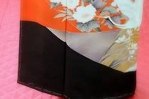 留袖着付けの裾合わせ。衽線まではまっすぐ、衽線からは少し引き上げて船底型を作ります。