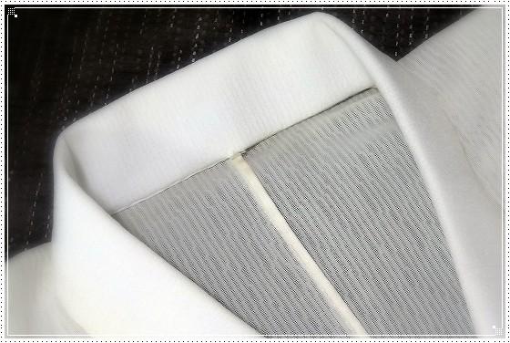 紋紗の長襦袢に絽縮緬の半衿を付けています。三河芯を使った衿元はふんわりと自然です。宝塚教室にて。