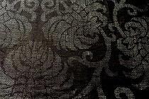 濃い藍色の宮古上布です。細かい絣で牡丹唐草が織られています。