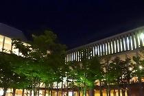 西宮市にある、10周年を迎えた兵庫県立芸術文化センター。外から見た夜の劇場です。