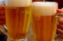 ジョッキになみなみと注がれたビールで乾杯。