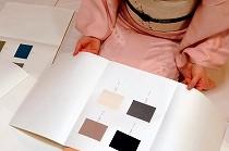 浦野理一「日本の色と文様」を眺める生徒さんの姿。風情があります。