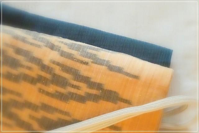 青磁色の夏結城のきものに、芭蕉布の帯。濃い緑の帯揚げがアクセントになっています。