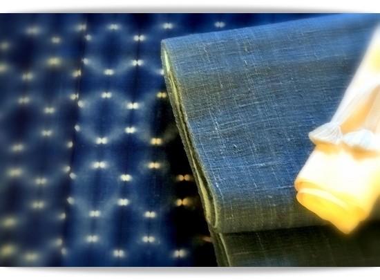 新道弘之作藍染のきもの。絞りの白い部分がまるで蛍のようです。ブルーの帯は紙を織ったもので紙布といいます。