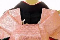 今年最初の勉強会は、基本のふくら雀から始まりました。黒地の振袖に、青海波柄のピンクの袋帯で。