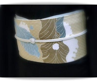 焦茶色の無地紬に、品川恭子作雪持ち芭蕉の帯。
