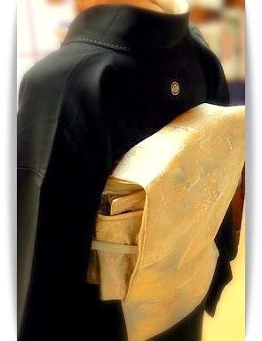 森田空美流ほし乃着付け教室にて自主練中。相モデルで黒留袖と二重太鼓のお稽古をしています。