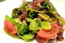 神戸北野町のイタリアンレストラン「トラットリア・コチネッラ」のお料理。前菜のホタルイカとわさび菜を使ったサラダ。