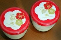 写真は関西人の定番おやつ、モロゾフのプリン。 お正月らしく梅をデザインした可愛らしいパッケージです。