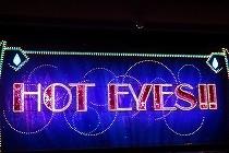 宝塚歌劇宙組公演「HOT EYES‼」開演前の舞台の写真です。