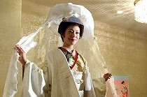 打掛姿にレースをまとった現代の花嫁さん。着付けの特訓会にて。