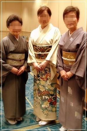 着付け教室の生徒さんとの記念撮影です。三人三様のきもの姿です。