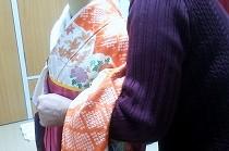 お孫さんのための卒業袴を練習中の生徒さん。赤い振袖に黄色い帯が愛らしいです。