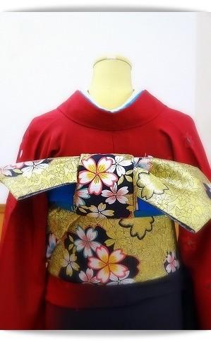 赤い振袖に金地に桜を描いた帯を合わせました。帯結びは「一文字」。大阪教室にて。