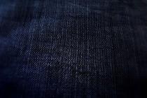 濃い藍色の越後上布のきもの。