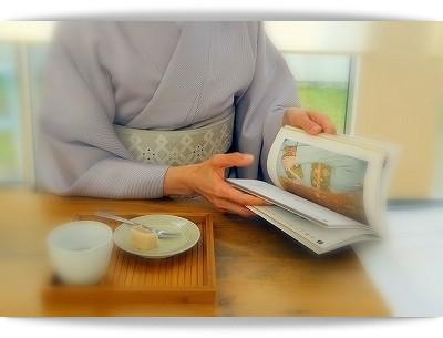きもの姿で本を読む生徒さん。同系色ですっきりとまとめられた江戸小紋に織の名古屋帯。
