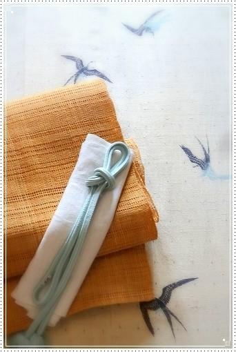 きものはつばめ柄を友禅でつばめを描いたベージュ古志紬の附下(祇園齋藤製)。帯は科布の八寸名古屋帯。森田空美流着付け教室にて。