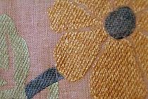 韓国の民画をモチーフにした紙布の帯です。縫いで表現した菊の柄が秋らしい。