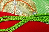 振袖のお稽古用の帯と小物。緑に金で松の丸を織りだした帯に、絞りの赤い帯揚げと緑の丸組の帯締め。