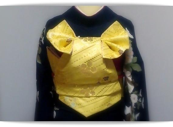 黒地のきものに黄色の袋帯で「二十歳の日」と名付けられた変わり結びを結びました。森田空美流着付け教室の作品です。