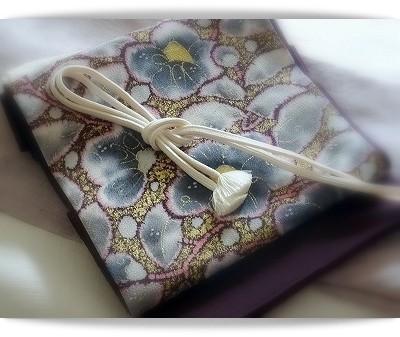 浦野理一作縦節無地紬のきものに、椿柄を染めた袋帯を合わせています。