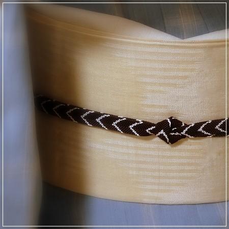 ブルー地の古志紬に池田リサ作夏帯「青海波」。帯揚げ・半衿は絽縮緬。帯締めで秋色添えて。