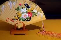 きものに似合う扇子を求めて訪れた宮脇賣扇庵のウィンドウ。牡丹や藤を描いた檜扇が飾られていました。