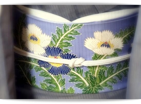 きものはグレーの紗袷(祇園齋藤製) ブルーのアザミの帯は久呂田明功作。宝塚きもの着付け教室。