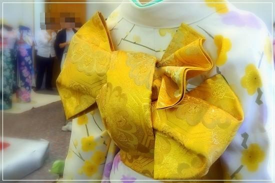 立矢結び「はじらい」の完成。鮮やかな黄色の丸帯で結んだ立矢は風格があります。