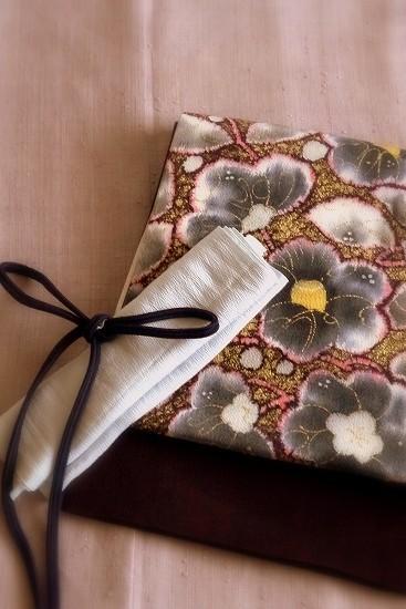 きものは浦野理一作/藤色の無地/縦節紬|鬼しぼ縮緬に椿の花を描いた浦野理一作袋帯