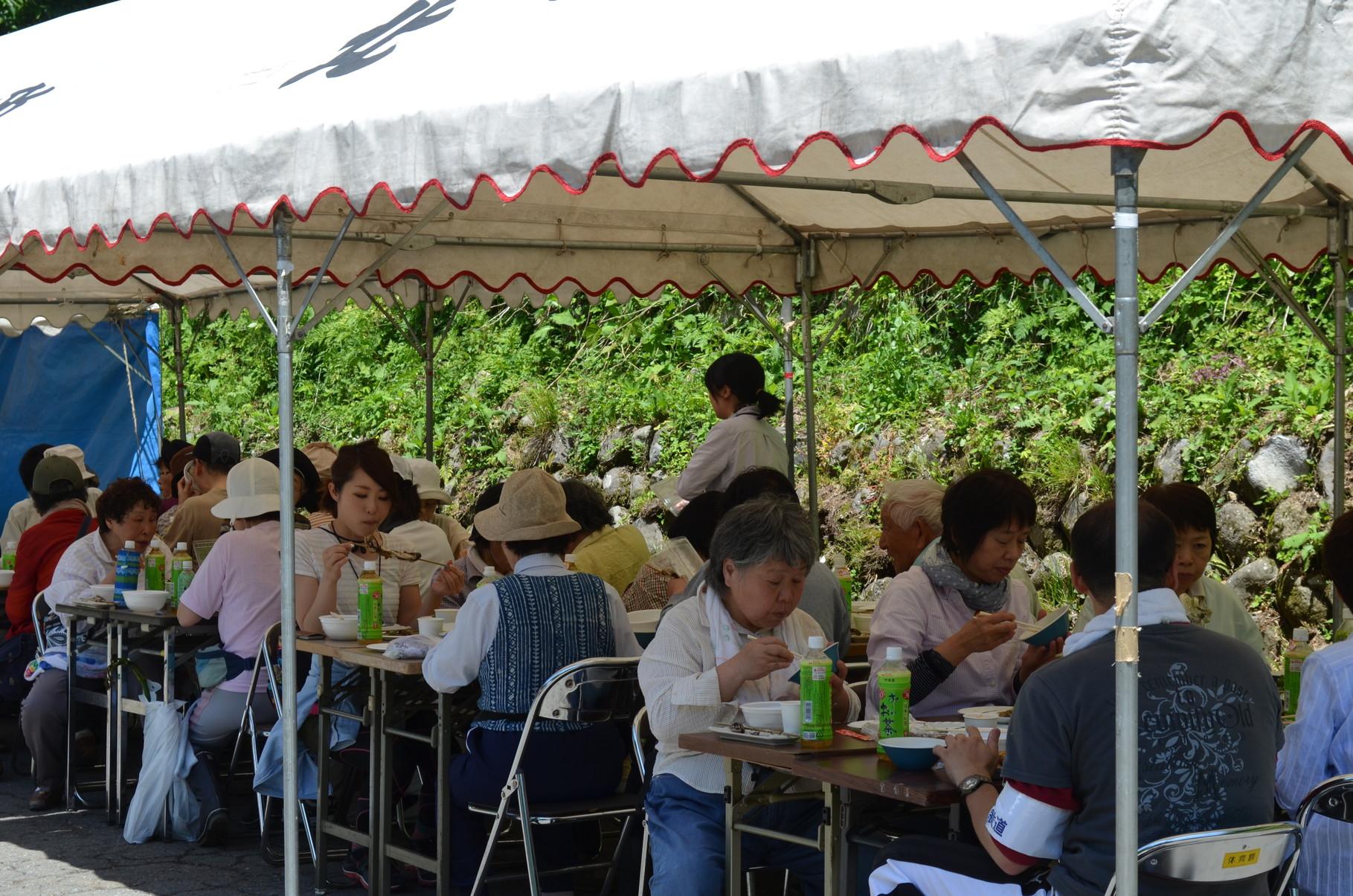 山菜料理を堪能(^^)えちてつ山菜ツアーの参加者の皆さん