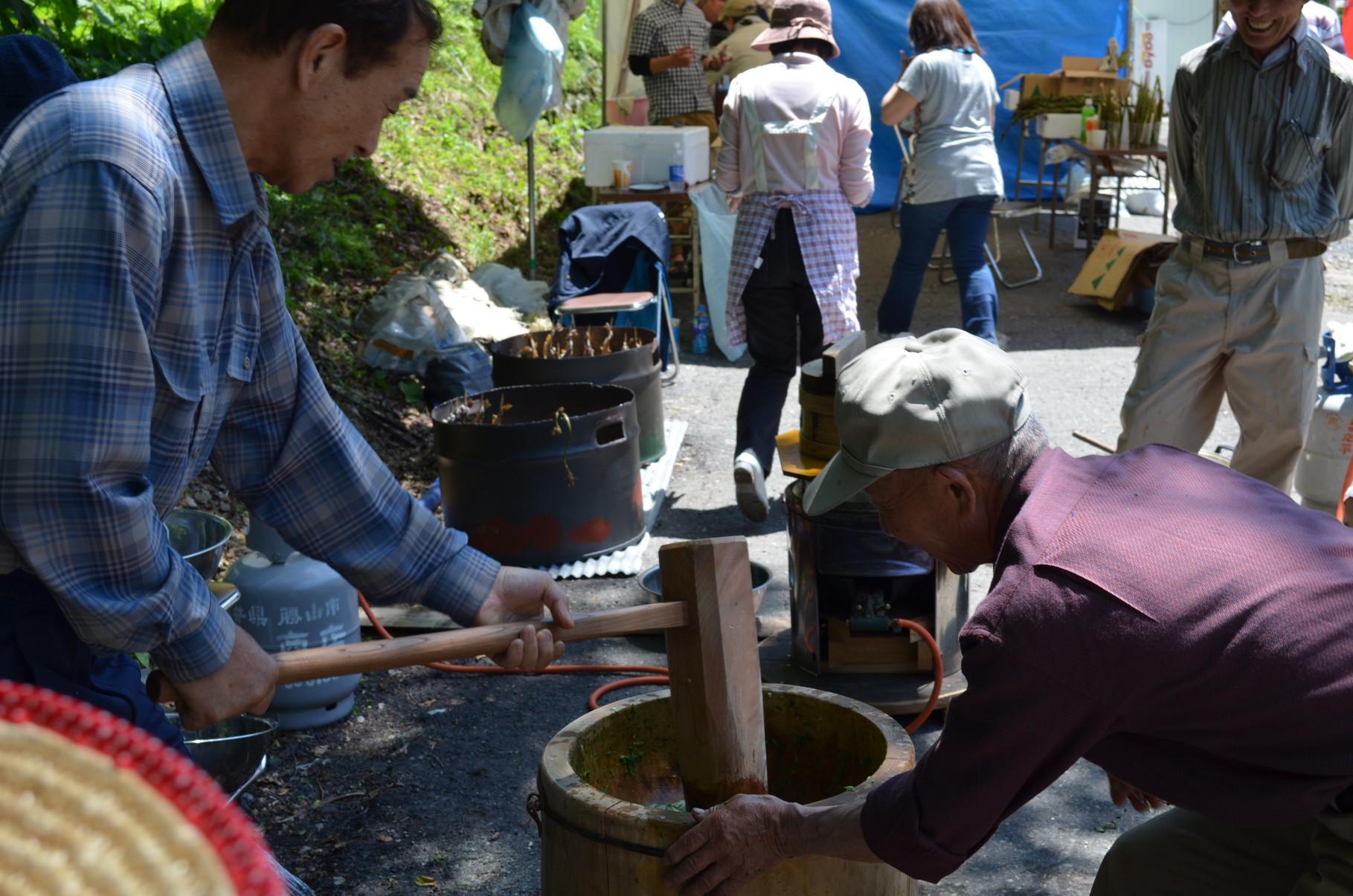 集落の人たちによる餅つき 手作りあんこでおいしさ倍増!