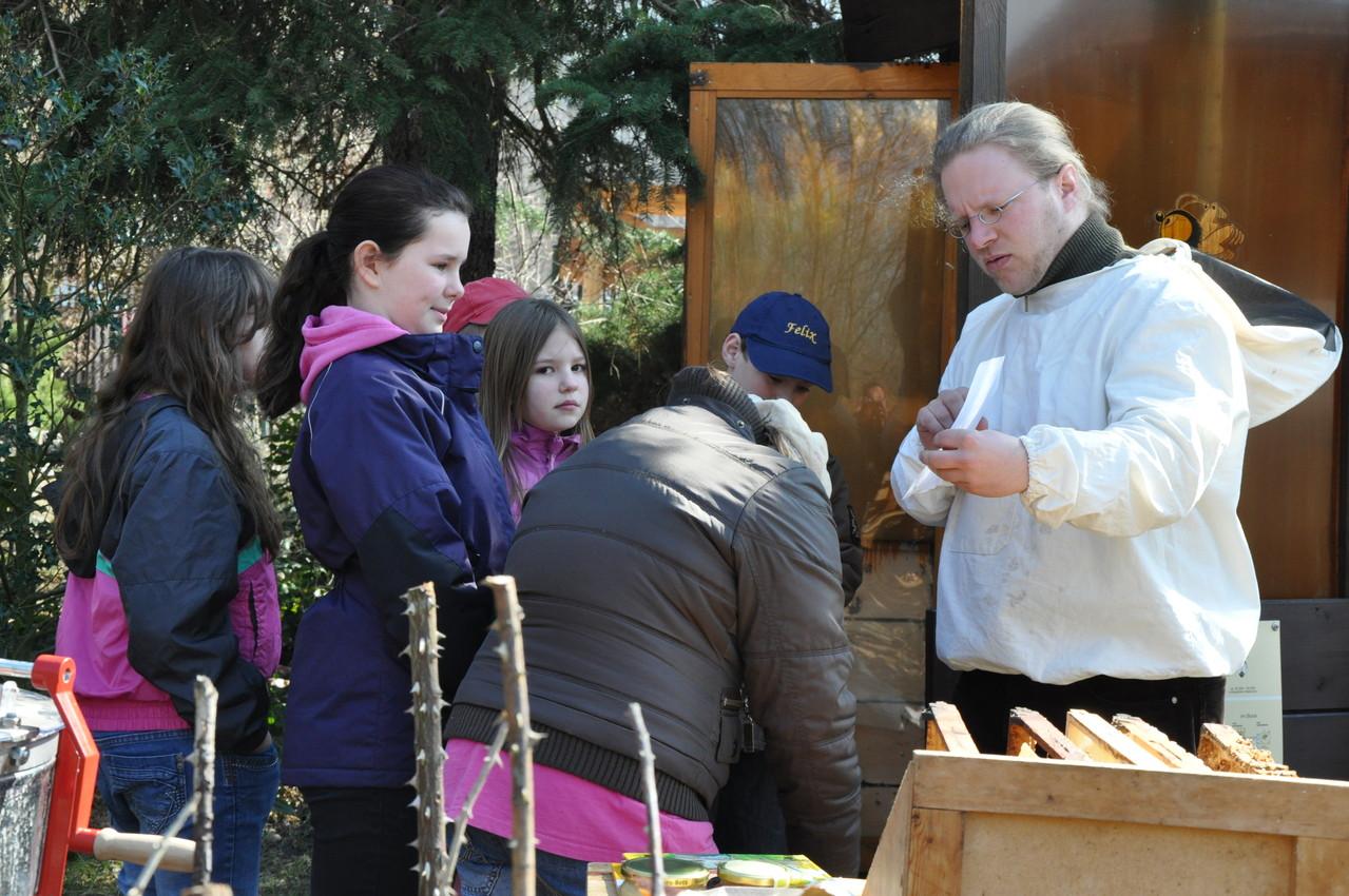 Jens betreut die Bienenwerkstatt